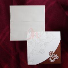 Invitatie din carton crem si bordo ornata cu un design floral perlat, inchiderea facandu-se cu ajutorul semnului & perlat si in relief. Textul se imprima pe un carton separat din interior care se prinde in 2 colturi decupate. Plicul, de culoare crem, este inclus in pret.  #invitatii de #nunta #mirese #rosu
