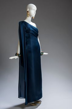 In the same Style of Audrey: Evening gown by Givenchy (one shoulder, of organdie in a beautiful shade of navy blue with stole that hangs from the shoulder, liner of silk), of his haute couture. 80s Fashion, Fashion History, Fashion Dresses, Vintage Fashion, Womens Fashion, Vestidos Vintage, Vintage Dresses, Vintage Outfits, Low Neck Dress