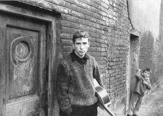 Fotografia per a la portada del primer disc, Raimon, Poble Nou, Barcelona, 1963. Fotografia d'Oriol Maspons.  Raimon. Al vent del món. Exposició Arts Santa Mònica, 2012