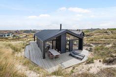 Lækkert feriehus med overdækket terrasse tæt på stranden Design Hotel, House Design, Modern Barn House, Apartment Interior, Vacation Spots, Strand, Gazebo, Beach House, House Plans