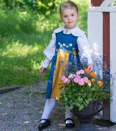 Herzallerliebst! Anlässlich des schwedischen Nationalfeiertages am 6. Juni posiert die dreijährige Estelle in der nationalenTracht.