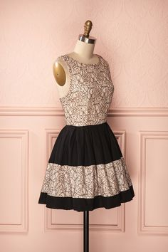 Robe d'été de coupe ligne A avec dos ouvert, détail de boucle et dentelle pêche - A-line summer black dress with open back, bow detail and light peach lace