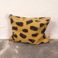 Lojadada : Produto : Pencil pouch Leopard print Pencil Pouch, Favorite Color, Coin Purse, Throw Pillows, Pattern, Style, Yellow, Dress, Pouch Bag