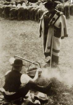 Vintage photo by Ferenc Aszmann: Shepherds making Goulash stew. Vintage Photographs, Vintage Photos, Capital Of Hungary, Good Old Times, Goulash, Budapest Hungary, Documentary Photography, My Heritage, Historical Photos