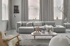 Witte luxaflex and grijze gordijnen