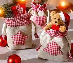 Couture : Tutos spcial Nol – Famous Last Words Christmas Gift Bags, Christmas Sewing, Christmas Fabric, Christmas Wrapping, Christmas Projects, Christmas Home, Handmade Christmas, Christmas Stockings, Burlap Crafts