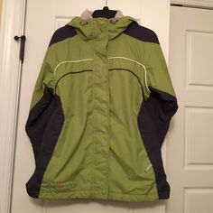❄Women's ️Columbia 3-in-1 Coat❄️ Green/Navy/White outer shell, light gray inner fleece layer. Can wear either separate or wear zipped together for added warmth! Very good loved condition! Sz M. Columbia Jackets & Coats