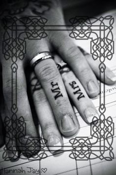 Mr & Mrs Tattoo tattoos for couples. Not sure how I feel about getting a couple tattoo but this is cuuute Piercings, Piercing Tattoo, Tattoo Rings, Paar Tattoos, Bild Tattoos, Tattoos Skull, Tribal Tattoos, Knuckle Tattoos, Ring Finger Tattoos