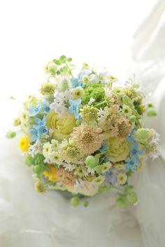クラッチブーケ シェラトングランデ東京ベイ様へ 草花のように、黄色とクリームの花で : 一会 ウエディングの花