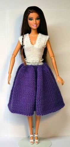Lots of other patterns on this site Barbie Knitting Patterns, Knitting Dolls Clothes, Barbie Clothes Patterns, Crochet Barbie Clothes, Knitted Dolls, Clothing Patterns, Accessoires Barbie, Barbie Wardrobe, Barbie Dress