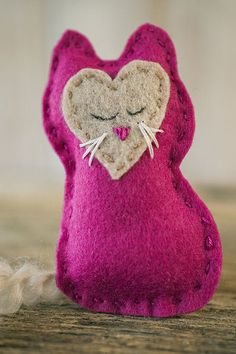 Have you tried felt crafts yet? This is my first, and I'm in love! This easy Felt Craft has simple sewing and embroidery stitches. And when you're done, you'll have a precious Pocket Kitty.