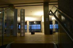Netural in der Tabakfabrik Linz: erstmals abendliche Stimmung in den neuen Räumen. Stairs, Home Decor, Linz, Backdrops, Moving Home, Mood, Stairway, Decoration Home, Room Decor