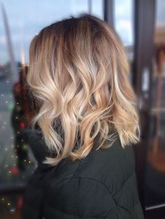 Honey blonde balayage with messy curls and a long bob blonde balayage Long Bob Blonde, Blonde Balayage Bob, Blonde Highlights, Brown Balayage, Hair Styles 2016, Short Hair Styles, Balyage Hair, Baylage, Hair Trends