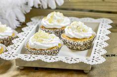 Sitruunan ja marengin liitto on täydellinen. Tunnetun sitruuna-marenkipiiraan lisäksi se toimii loistavasti myös kuppikakuissa. Nämä herkulliset leivonnaiset sopivat korvaamaan myös täytekakun. Kokeile ja ihastu! Marenkiset sitruunakuppikakut Mini Cupcakes, Sweet Tooth, Desserts, Recipes, Food, Tailgate Desserts, Deserts, Recipies, Essen