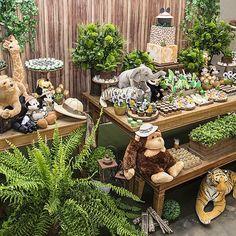 Mickey Safari por @analubertelli Esse final de semana só deu Disney por aí  #mickeysafari #festasafari #safari foto @edithschmidt   bolo lindo @dolcefabricca   peças @ellaarts