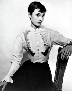 Audrey Hepburn photographed by Cecil Beaton in London on March 29 1954 Audrey Hepburn Outfit, Audrey Hepburn Mode, Aubrey Hepburn, Viejo Hollywood, Old Hollywood, Divas, Pixie Crop, Non Plus Ultra, Cecil Beaton