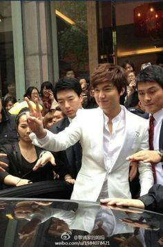 min ho oppa waving to his fans outside madame tussauds wax museum 04.19.2013