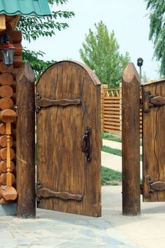 Doors - just heat-retaining, thieves-safe and functional home elements. But look here - the doors can also be truly fantastic works of art! Rustic Exterior, Exterior Doors, Wooden Gates, Wooden Doors, Backyard Gates, Fence Gate Design, Tor Design, Rustic Doors, Entrance Gates