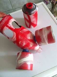 I think the paint job can be improved, but it's a cool tutorial to do your own gas mask with bottles and other everyday stuff...