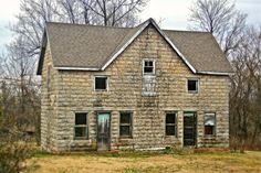 Abandoned house near Monett, Missouri. Photo by Robert McCormick Abandoned Houses, Abandoned Places, Old Houses, Vintage Houses, Joplin Missouri, Gateway Arch, Family Genealogy, Old Barns, Verona