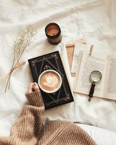 latte + books = hygge perfection - - Book and Coffee Autumn Aesthetic, Book Aesthetic, Aesthetic Pictures, Aesthetic Coffee, Aesthetic Photo, Hygge, Flatlay Instagram, Photo Instagram, Flat Lay Photography
