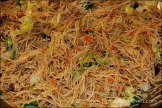 Filipino food: Pansit / Bihon Guisado made with the rice noodles. Use recipe to make vegetarian pancit :) Comida Filipina, Filipino Dishes, Filipino Desserts, Easy Filipino Pancit Recipe, Pancit Bihon Recipe, Guisado Recipe, Easy Filipino Recipes, Asian Recipes, Ethnic Recipes