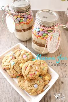 Now I realize that Easter cookies are not nearly as popular as Christmas cookies(or may not even be a thing), but since I have a thing for M&M's, like to find cute ways to use them, and I love how they look in Mason jars, I decided to try another Mason jarcookie recipe.You may remember…