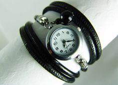 Eine Wickelarmbanduhr aus Nappaleder in Schwarz Metallic. Das Leder schaut aus wie glanzlackiert.  *Die Uhr wird in Ihrer Wunschlänge gefertigt!*...
