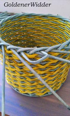 """Плетение из газетных трубочек: Узор """"крестики"""" одинарной трубочкой внутри. Нечётное количество. Круглая форма. Newspaper Crafts, Paper Basket, Diy Home Crafts, Crafty, Quilts, Furniture, Design, Home Decor, Weaving"""
