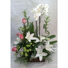 Centro en base cuadrada de cristal de orchideas phalaenopsis, lilium, rosas, margaritas y paniculata - ANABEL FLORES Y PLANTAS