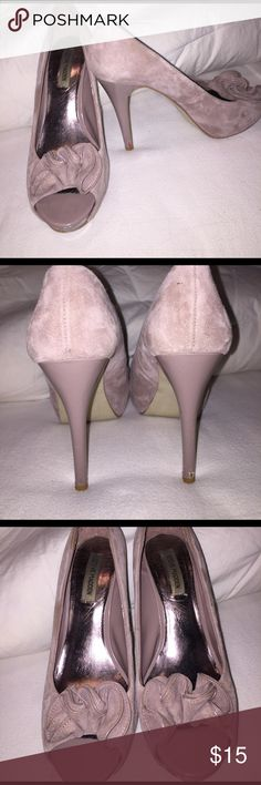 Steve Madden taupe open toed heels. Beautiful Taupe Open toed heels with sweet decorative curl on the front. Lovingly Warren a few scuffs on the back nothing too noticeable. That's why they're priced low. Steve Madden Shoes Heels