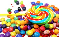 🍭How to make a swirl lollipop! Melt your favorite hard candy in multiple colors. Jolly Ranchers work well, Add in bright gel food coloring and roll out clay like candy into a rope. Quickly form and heat hands as nessecary. Put a sewer in and serve! Candy Background, Color Caramelo, Colorful Candy, Candy Colors, Foods To Avoid, Sugar Rush, Sugar Sugar, Sugar Baby, Sugar Pop