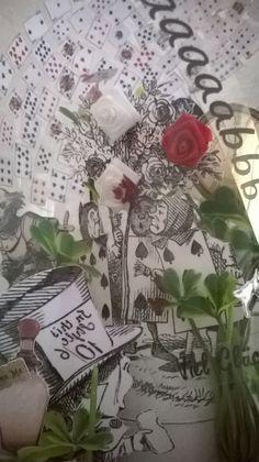 Das Volk der Herz-Königin versucht die Blumen noch schnell rot zu malen. Die Farbe tropft von der weißen Rose nach unten auf andere Blätter (roter Nagellack hat dabei geholfen).