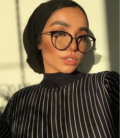 I know I always take pictures when the sun is going down. Hijab Turban Style, Mode Turban, Hijab Outfit, Hair Wrap Scarf, Hair Scarf Styles, My Hairstyle, Scarf Hairstyles, Muslim Fashion, Hijab Fashion