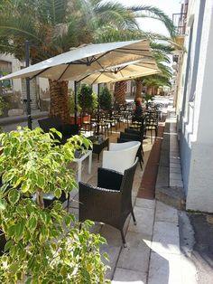 Calasetta #Sardegna via Roma...i suoi bar, negozi e ristoranti sotto le palme