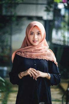 Learn Islam with Quran Mualim is very easy and straight Islamic website. Arab Girls Hijab, Muslim Girls, Casual Hijab Outfit, Hijab Chic, Beautiful Muslim Women, Beautiful Hijab, Hijabi Girl, Girl Hijab, Hijab Fashion