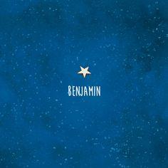 Dit mooie, rustieke geboortekaartje krijgt karakter door een echt houten ster. Met de aquarel achtergrond donkerblauw als een nachtelijke hemel vol sterren | geboortekaartje jongen | uniekkaartje.nl