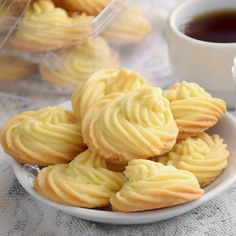 Make these Melting Moments to share with family and friends. It is those butter cookies that will melt in your mouth, crumbly and rich in buttery flavor. Recipes cookies Melting moments - The 5 ingredients butter cookies (easy recipe) Fun Easy Recipes, Sweet Recipes, Easy Meals, Halal Recipes, Cheap Recipes, Soup Recipes, Biscuit Cookies, Yummy Cookies, Cake Cookies