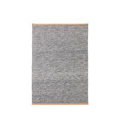 Björk matta tillverkad i ull med grå toner. Mattan har naturfärgad läderkant. Björk är en serie mattor från Design House Stockholm, formgivna av flerfaldigt prisbelönta Lena Bergström. Mattornas stilrena och monokroma utseende hämtar inspiration från björkstammar, medan den mjuka läderkanten för tankarna till följsam näver. Björk är vävd i ull på ljus linnevarp och passar i hela hemmet.