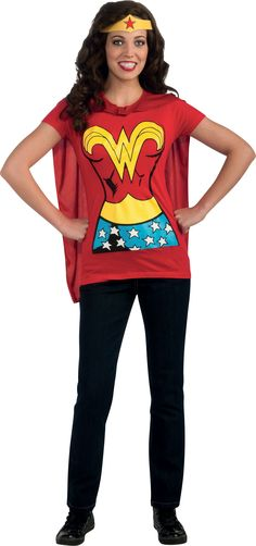 Déguisement Wonder Woman™ adulte Tee-Shirt : Ce T-shirt officiel Wonder Woman™ pour adulte se compose d'un tee-shirt, d'une coiffe et d'une cape détachable. Le tee-shirt est de couleur rouge avec un imprimé...