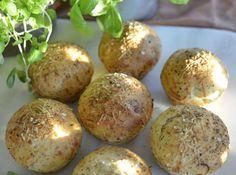Kjempegode rundstykker med ost og urter Food Inspiration, Baked Potato, Parmesan, Food And Drink, Potatoes, Lunch, Baking, Breakfast, Ethnic Recipes