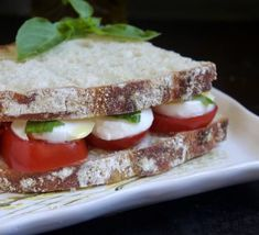 A simple Caprese sandwich takes only four main ingredients: bread, tomatoes, mozzarella and basil, and turns your lunch into a gourmet feast! Best Peach Pie Recipe, Peach Pie Recipes, Donut Recipes, Dessert Recipes, Cooking Recipes, Jam Recipes, Scottish Desserts, Sandwich Shops, Sandwich Ideas