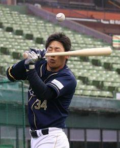 試合前から大当たり?ティー打撃の打球が跳ね返って吉田正を直撃      Photo By スポニチ