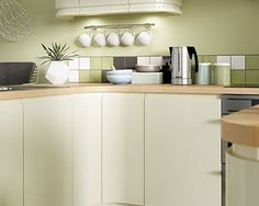 The clean lines and minimalist design of Sofia Cream produce a look that's beautiful in its simplicity and an ideal blank canvas to reflect your style and personality. Tidy Kitchen, New Kitchen, Cream Gloss Kitchen, Cream Kitchens, Handleless Kitchen, Tidy Up, Minimalist Design, Kitchen Cabinets, Table