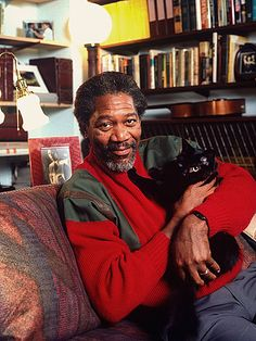 Men with cats. Morgan Freeman with black cat. Crazy Cat Lady, Crazy Cats, I Love Cats, Cool Cats, Celebrities With Cats, Men With Cats, Animal Gato, Son Chat, Photo Chat