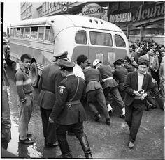 Paro de buses / Manuel H / 1962 / Colección Museo de Bogotá: MdB 11810 / Todos los derechos reservados Paros, Japan Spring, Spring Time, Cool Pictures, Ireland, City, Wallpaper, Twitter, World