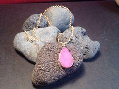 Collar de plata bañada en oro con colgante en forma de pera de drusa rosa  onejewelbcn@gmail.com
