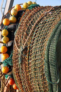 Rede de pesca recebe os primeiros raios de sol da manhã em Sambro, Nova Escócia, Canadá.  Fotografia: Dennis Jarvis no Flickr.