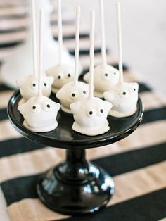 Ghostie Cake Pops - Halloween Costume Party Ideas for Kids on HGTV Halloween Candy Bar, Halloween Party Costumes, Halloween Desserts, Halloween Party Decor, Easy Halloween, Halloween Treats, Halloween 2013, Ghost Cake, Halloween Entertaining