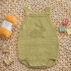 Every month a new chart is published with a new motif for the onesies. Baby Hat Knitting Patterns Free, Baby Sweater Knitting Pattern, Baby Hats Knitting, Knitted Baby Blankets, Knitted Hats, Crochet Bebe, Crochet For Kids, Diy Crochet, Motif Tropical